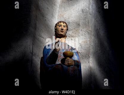 Segen antike Heiligenfigur mit blauen Augen mit einem Kelch - Stockfoto