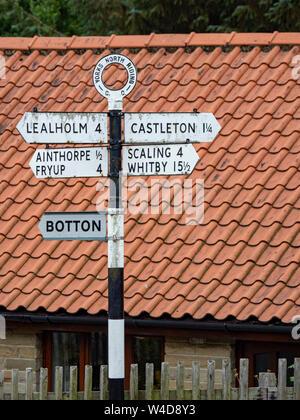 Eine strasse richtung Zeichen in Danby Dorf, North Yorkshire, England, Großbritannien - Stockfoto