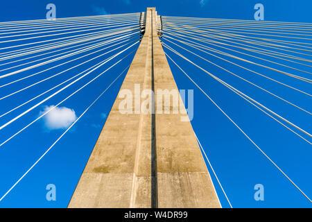 Warschau, Polen - 18 Juli, 2019: Stahl Kabel der Swietokrzyski-brücke über der Weichsel in Warschau. Den einzigen Turm auf dem östlichen Ufer b - Stockfoto