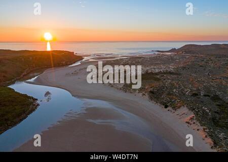 Antenne von Amoreira Strand an der Westküste Portugals bei Sonnenuntergang - Stockfoto