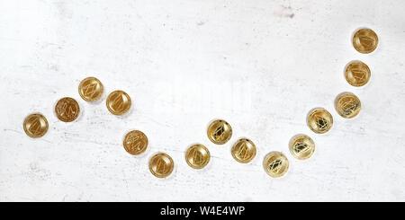 Von oben nach unten anzeigen, weißen Stein board Schreibtisch mit goldenen EOS cryptocurrency Münzen in Form steigender Graph - bullish Markt Abbildung - Stockfoto