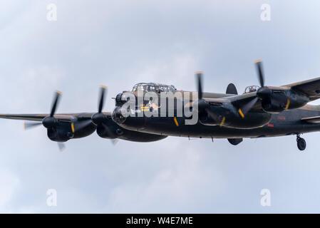 Royal Air Force RAF die Schlacht um England Memorial Flight Avro Lancaster Bomber im Royal International Air Tattoo Airshow, RAF Fairford, Cotswolds, UK. - Stockfoto