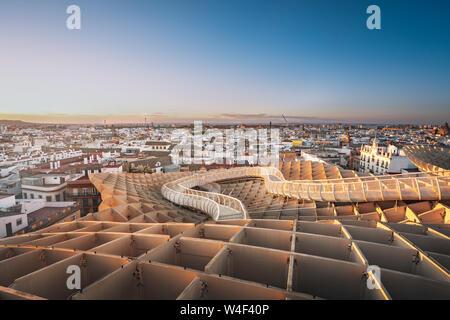 Luftaufnahme von Sevilla und Metrosol Sonnenschirm Sicht (Las Setas) - Sevilla, Andalusien, Spanien - Stockfoto