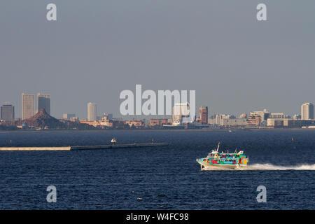 Eine bunte Boeing 929 jetfoil (Tragflügelboot) Boot überquert die Tokyo Bay mit den Tokyo Disney Resort. Tokio, Japan. Donnerstag, 16. Mai 2019 - Stockfoto