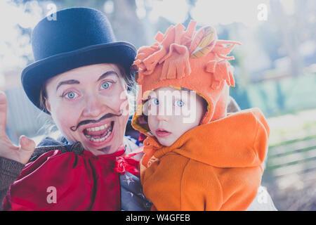 Portrait von Mutter und Sohn sich für Karneval verkleidet - Stockfoto