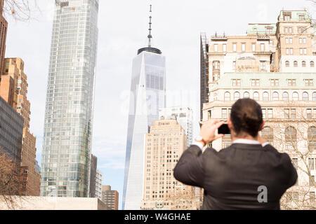Rückansicht des Menschen Bilder aufnehmen mit Smartphone, New York City, USA - Stockfoto