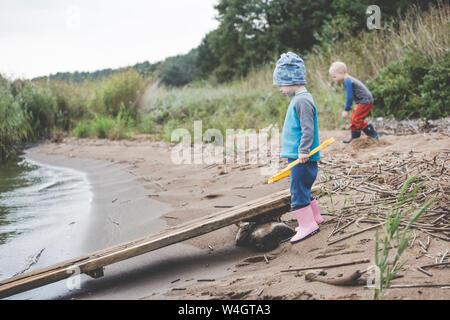 Junge und Mädchen spielen auf einem wilden Sandstrand - Stockfoto