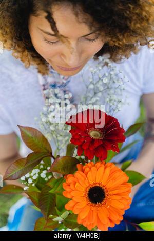 In der Nähe von Frau mit Blumen im Freien Stockfoto