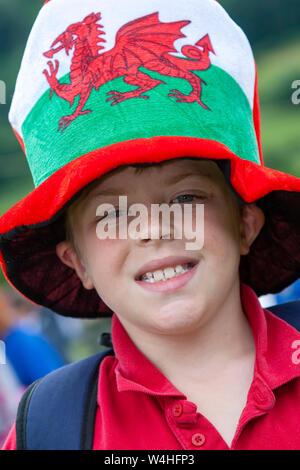 Junge Waliser Junge trägt eine riesige übergroßen Hut mit der Darstellung der Welsh National Flag - Stockfoto