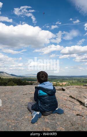 Ein Kind wirft einen Drachen. - Stockfoto