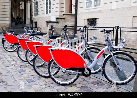 Das Parken der Verkehr auf der alternativen enrgium in der Altstadt für Ausflüge von Touristen. Parkplatz elektrische Fahrräder ausleihen. Life style. - Stockfoto