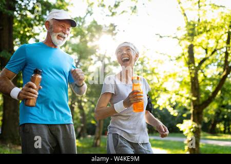 Senior Paar joggen und Laufen draußen in der Natur - Stockfoto