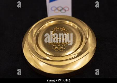 Tokio, Japan. 24. Juli, 2019. Das Design für die Tokio olympische Goldmedaille 2020 auf Anzeige während der ' ' ein Jahr zu gehen'' Zeremonie. Veranstalter enthüllt die Designs für die Tokyo 2020 Medaillen während des ''Ein Jahr zu gehen'' Zeremonie ein Jahr für die Olympischen Spiele 2020 zu gehen. Die Spiele werden am 24. Juli 2020 zu öffnen. Credit: Rodrigo Reyes Marin/ZUMA Draht/Alamy leben Nachrichten - Stockfoto
