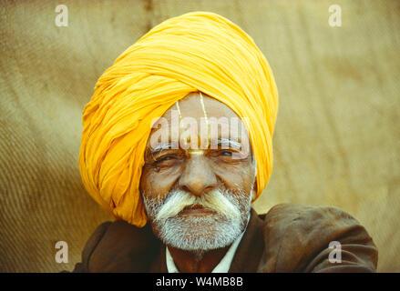 Indien. Rajasthan. Portrait von Einheimischen alten Mann. - Stockfoto