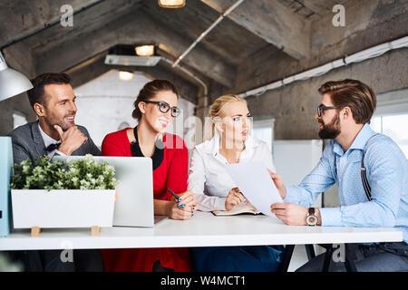 Business Meeting, kreative Menschen diskutieren moderne Büro - Stockfoto