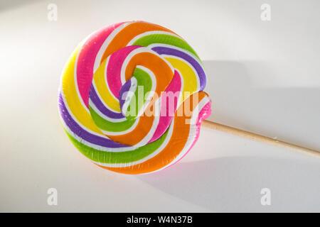 Bunte Lollipop auf weißem Hintergrund - Stockfoto