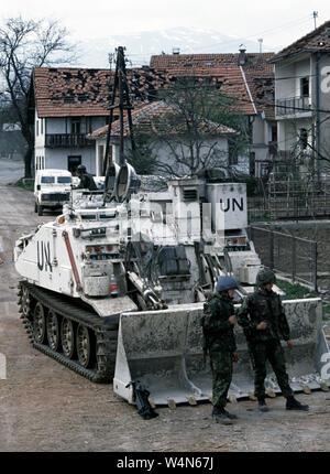 25. April 1993 während des Krieges in Bosnien: Britische Soldaten des Cheshire Regiment Vor ein FV 180 Combat Engineer Traktor (MEZ) im Zentrum von Stari Vitez. - Stockfoto
