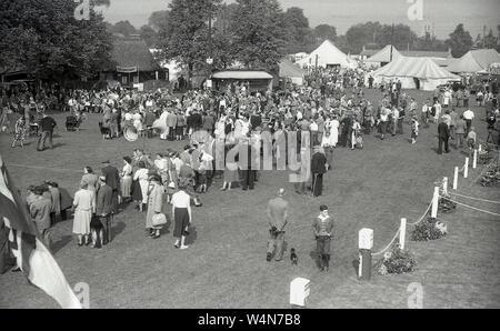 1950er Jahre, historische Bild zeigt Menschen, die in einer ländlichen Country Fair oder der Grafschaft zeigen, England, UK. - Stockfoto