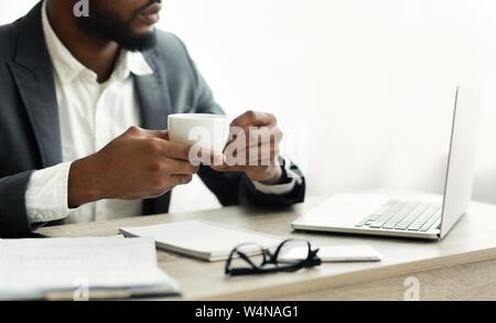 Schwere afrikanische amerikanische Geschäftsmann Kaffee trinken in modernen Büro in eine Pause. Freier Speicherplatz - Stockfoto
