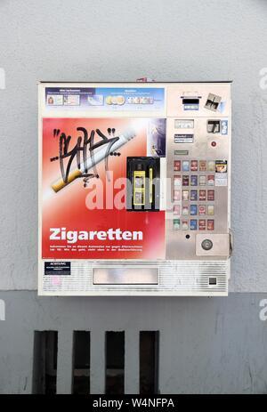 ERLANGEN, Deutschland - Mai 6, 2018: Zigarettenautomaten in Erlangen. Die Maschinen sind weit verbreitet in Deutschland. Sie führen Alter Kontrollen durch sc - Stockfoto