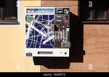 Nürnberg, Deutschland - Mai 7, 2018: Zigarettenautomaten in Nürnberg, Deutschland. Die Maschinen sind weit verbreitet in Deutschland. Sie führen Alter Prüfungen durch - Stockfoto