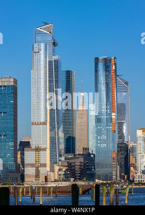 Blick auf die Skyline von Manhattan aus Weehawken Lincoln Harbor, New Jersey, USA - Stockfoto