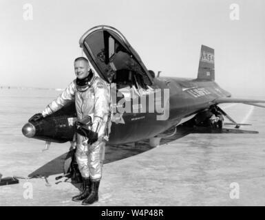 Dryden pilot Neil Armstrong stellt neben dem X-15 Ship 1 Rakete angetriebene Luftfahrzeuge nach einer Forschung Flug, 30. November 1959. Mit freundlicher Genehmigung der Nationalen Luft- und Raumfahrtbehörde (NASA). () - Stockfoto