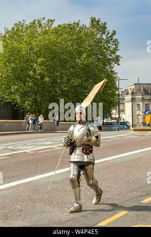 CARDIFF, WALES - Juli 2019: demonstrant als Ritter in glänzender Rüstung bei der Climate Emergency Protest vom Aussterben Rebellion in Cardiff gekleidet - Stockfoto