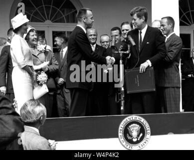 Präsident John F Kennedy gratuliert Astronaut Alan B Shepard Jr, der erste Amerikaner im Raum, auf seinem historischen Fahrt in die Freiheit 7 Raumfahrzeuge, White House, Washington, District of Columbia, 8. Mai 1961. Mit freundlicher Genehmigung der Nationalen Luft- und Raumfahrtbehörde (NASA). () - Stockfoto