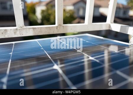 In der Nähe des Solar Photovoltaikmodule von solar Unternehmen Renogy, als Teil eines Wohn- off-grid Solar System installiert, im hellen Sonnenlicht, San Ramon, Kalifornien, 10. September 2018. () - Stockfoto