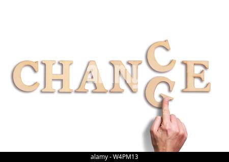 Hand bewegt ein Schreiben, das Wort 'Ändern' zu 'Chance' auf weißem Hintergrund - Stockfoto