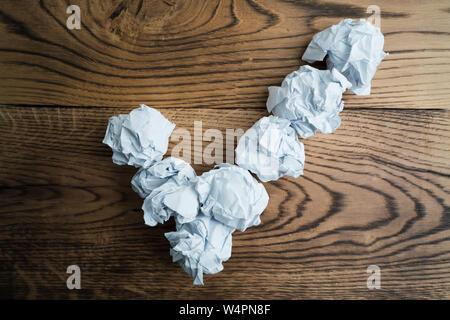 Papier symbolisieren unterschiedliche Lösungen bilden ein Häkchen zerknittert - Stockfoto