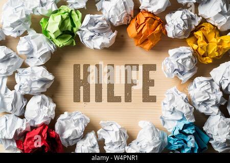 Zerknittertes Papier symbolisieren unterschiedliche Lösungen und das Wort Hilfe (in Englisch) - Stockfoto