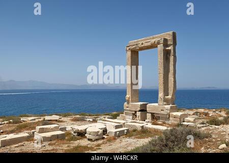 Tag Blick auf die Ruinen von der Portara oder die große Tür auf der Insel Naxos, Kykladen, Griechenland - Stockfoto