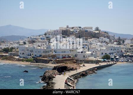 Naxos, Griechenland - Juli 09, 2109; Personen, die der Stadt Naxos, Griechenland. Blick von der Portara gate - Stockfoto