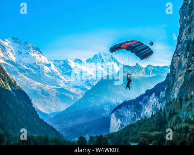 Ein Base Jumper im Lauterbrunnental. Lauterbrunnen, Schweiz. - Stockfoto