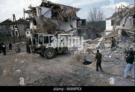 25. April 1993 während des Krieges in Bosnien: Briten und ARBiH Soldaten mischen Sie sich unter die Einheimischen und die Medien bei der Bergung der Leichen aus den Bosnischen Krieg Präsidentschaft durch einen Lkw Bombe ein paar Tage vorher abgerissen. - Stockfoto
