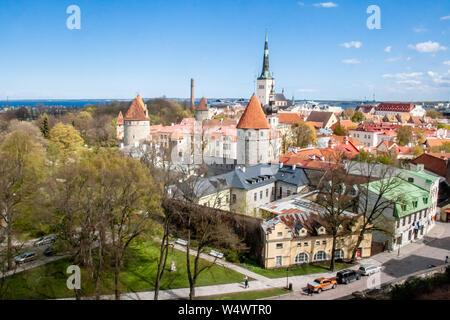 Landschaftlich schöne Luftaufnahme von der Altstadt von Tallinn, Estland mit Türmen und Kirchen, Ostsee auf dem Hintergrund - Stockfoto