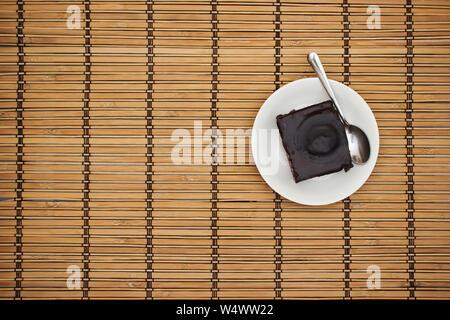 Schokoladenkuchen auf dem hölzernen Tisch - Stockfoto