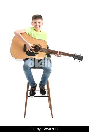 Teenager Gitarre spielen gegen den weißen Hintergrund - Stockfoto