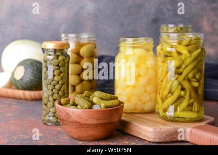 Verschiedene Gemüsekonserven auf Tisch - Stockfoto