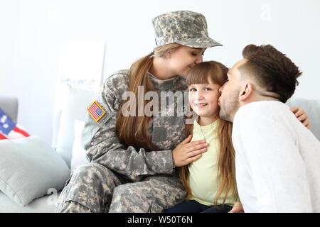 Gerne Soldatin mit ihrer Familie zu Hause - Stockfoto