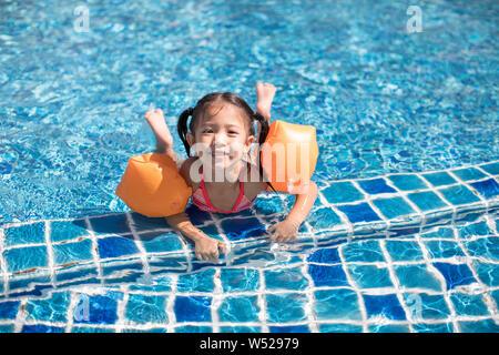 Gerne kleine Mädchen Schwimmen im Schwimmbad - Stockfoto