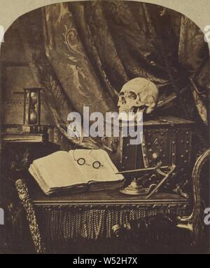 Vanitas/Stilleben mit Schädel, offenes Buch mit Brille und Sanduhr/den Sand der Zeit, Thomas Richard Williams (Englisch, 1825-1871), 1850-1852, Eiweiß Silber drucken, 7,1 × 5,9 cm (2 13/16 x 2 5/16 Zoll - Stockfoto