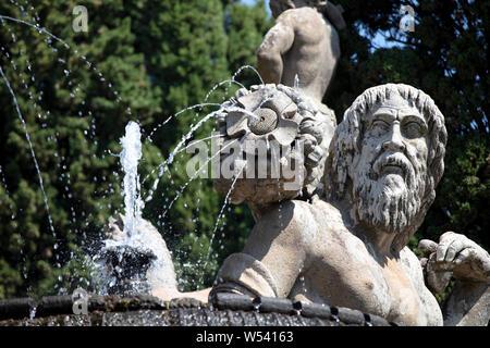 Detail des Brunnens des Cup und die riesigen Statuen der Götter in der oberen Gärten in der Villa Farnese in Caprarola an einem Sommertag. - Stockfoto