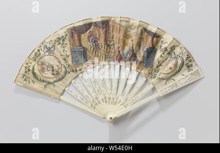 Folding Fan mit (Reis) Papier oben auf dem, mit tempera König Salomo und die Königin von Saba, auf einer Spitze und geprägten Rahmen von Elfenbein, Falten Lüfter mit (Reis) Papier oben auf, auf einer Spitze und geprägten Rahmen von Elfenbein. 14 nicht-zusammenhängende Beine mit zwei mit Amors Pfeil Köcher in der zentralen Medaillon, flankiert links und rechts von Vasen mit Blumen und Schmetterlingen mit Blumengirlanden. Auf der äusseren Beine eine Schäferin mit Mitarbeitern eines Hirten. Reis (?) Papier top mit zentralen Darstellung auf der Vorderseite mit König Salomo auf den Thron gesetzt hatte, eine kniende Königin von Saba mit ihrem Gefolge. Auf der linken Seite ein Medaillon - Stockfoto