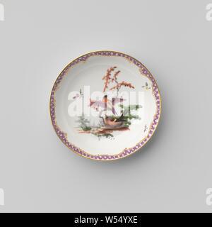 Untertasse mit Vögeln in einer Landschaft, Porzellan Teller, Emaille und gold Emaille bemalt. Auf der Vorderseite Vögel in einer Landschaft, die durch streunende Blumen umgeben. Die innere Kante mit einer Band mit Serviette, einschließlich der goldenen Ranken. Goldenen Rand. Markiert auf der Unterseite in die A, I und 3., Ansbach, C. 1765, Porzellan (Material), Glasur, Gold (Metall), Verglasung, h 2,5 cm, d 11,6 cm, d 7,4 cm w 8,1 cm - Stockfoto