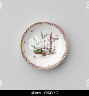 Untertasse mit Vögeln in einer Landschaft, Porzellan Teller, Emaille und gold Emaille bemalt. Auf der Vorderseite Vögel in einer Landschaft, die durch streunende Blumen umgeben. Die innere Kante mit einer Band mit Serviette, einschließlich der goldenen Ranken. Goldenen Rand. Markiert auf der Unterseite in die A, I und 3., Ansbach, C. 1765, Porzellan (Material), Glasur, Gold (Metall), Verglasung, h 2,5 cm, d 11,6 cm, d 7,4 cm - Stockfoto