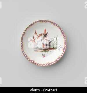 Untertasse mit Vögeln in einer Landschaft, Porzellan Teller, Emaille und gold Emaille auf der Vorderseite Vögel in einer Landschaft, die durch streunende Blumen bemalt. Die innere Kante mit einer Band mit Serviette, einschließlich der goldenen Ranken. Goldenen Rand. Auf der Unterseite in die eine und 6 markiert., Ansbach, C. 1765, Porzellan (Material), Glasur, Gold (Metall), Verglasung, h 2,5 cm, d 11,6 cm, d 7,4 cm w 8,1 cm - Stockfoto