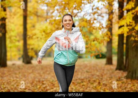 Junge Frau im Herbst Park